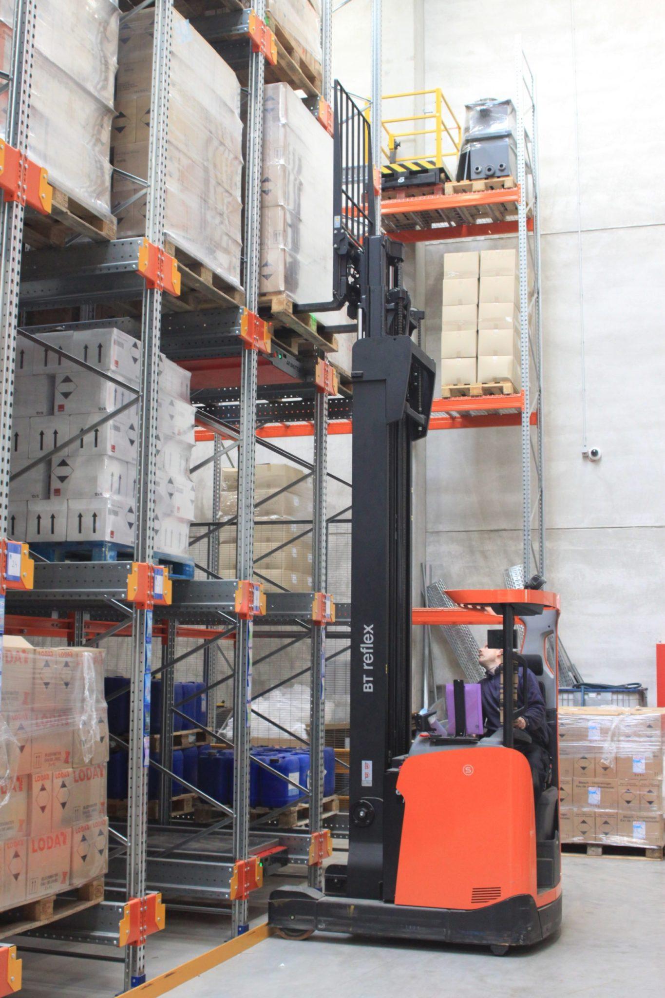 Pallet shuttle reach truck